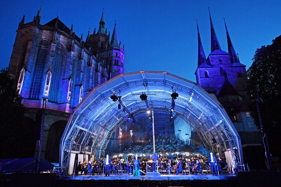 """Das Philharmonische Orchester, der Opernchor und Solisten proben vor der Kulisse von Mariendom und Severikirche das Premierenprogramm """"Opera Gloriosa"""" vom 10. Juli für das Domstufen-Open Air."""