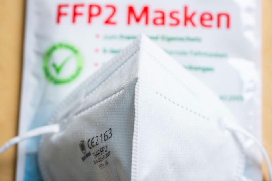 Nach einem Abgleich mit Versichertendaten der Krankenkassen bekommen Bürger in diesen Tagen Gutscheine für zwölf FFP2-Masken zugesandt. (Symbolbild)