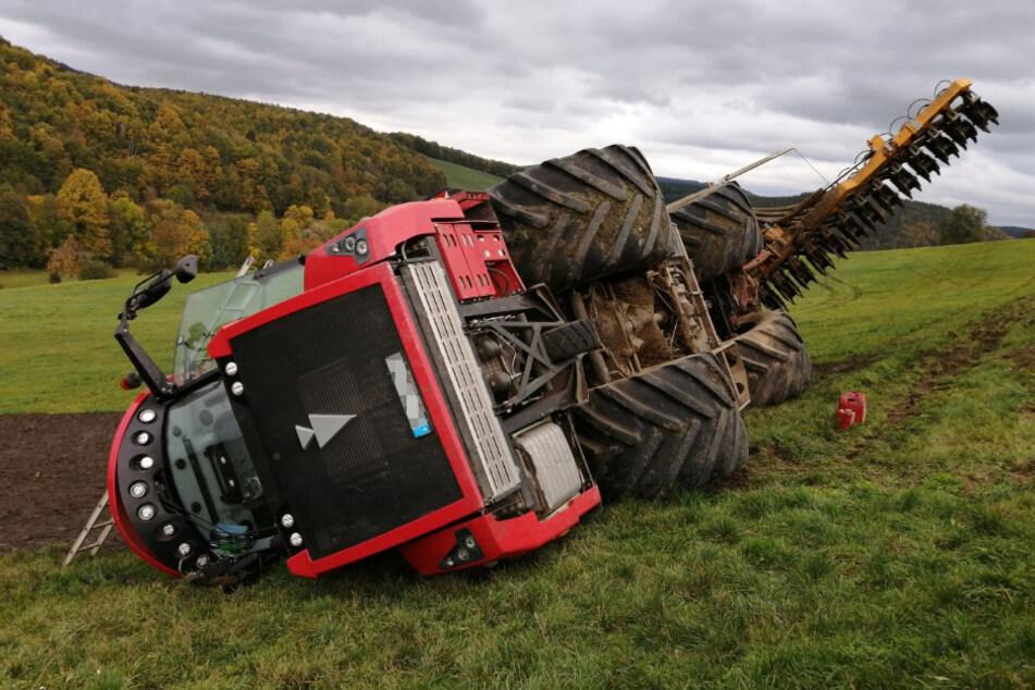 Die Landmaschine liegt auf der Seite.