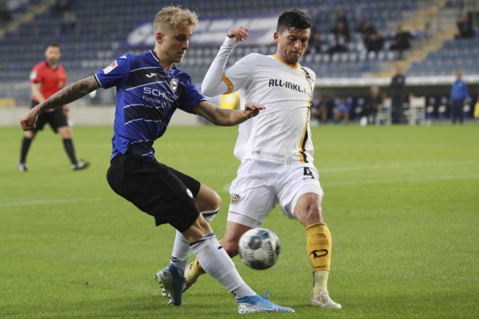 Bielefelds Nils Seufert (l) und Dresdens Jannis Nikolaou kämpfen um den Ball.
