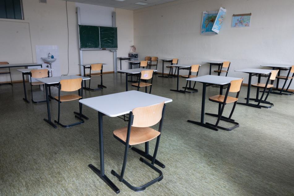 Nordrhein-Westfalen will künftig nur noch infizierte Kinder in Quarantäne schicken - nicht mehr ganze Schulklassen. Die notwendigen Erlasse und Verordnungen sollen demnach bis spätestens Ende der Woche ausgearbeitet und veröffentlicht werden.
