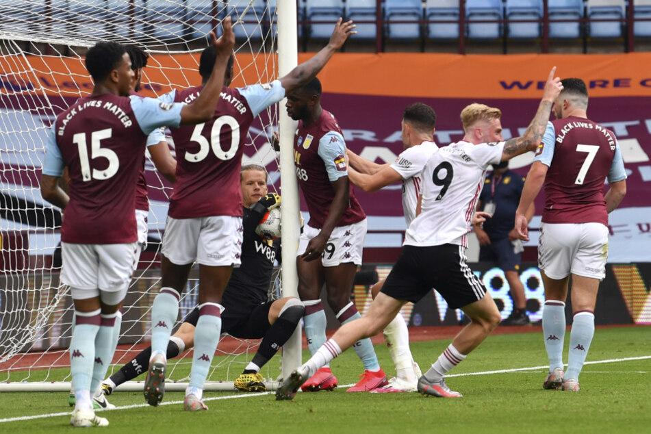 Aston Villas Torhüter Orjan Nyland (4.v.l) hält den Ball.