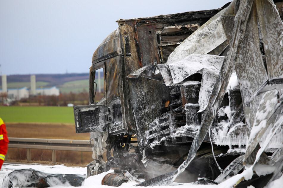 Ausgebrannter Lkw bricht beim Abschleppen auseinander und sorgt für Marathon-Einsatz