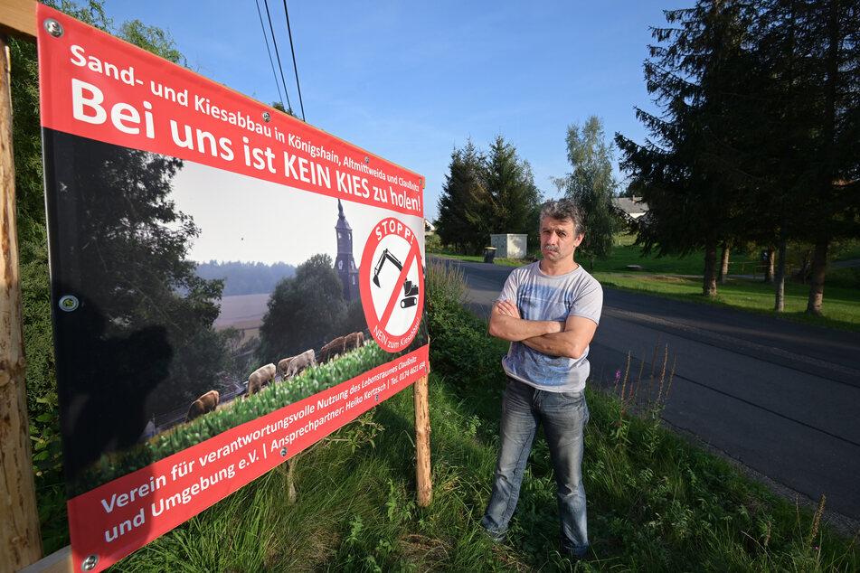 Heiko Kertzsch (47) hat eine klare Haltung: Nein zum Kiesabbau - wie es auch auf den Protestplakaten in der Gemeinde Königshain zu lesen ist.