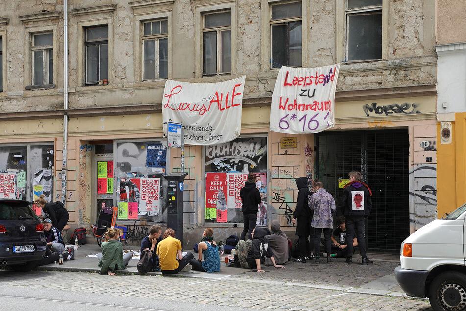 Die Gruppe hing Banner an dem Gebäude auf.