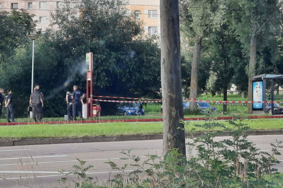 Polizeikräfte stehen am Ort des Angriffs.