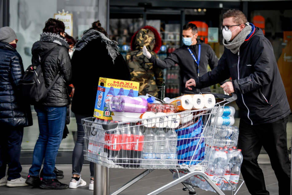 Corona-Panik: 50 Packungen Mehl auf einmal! Hamsterkauf in Supermarkt führt zu Rauferei