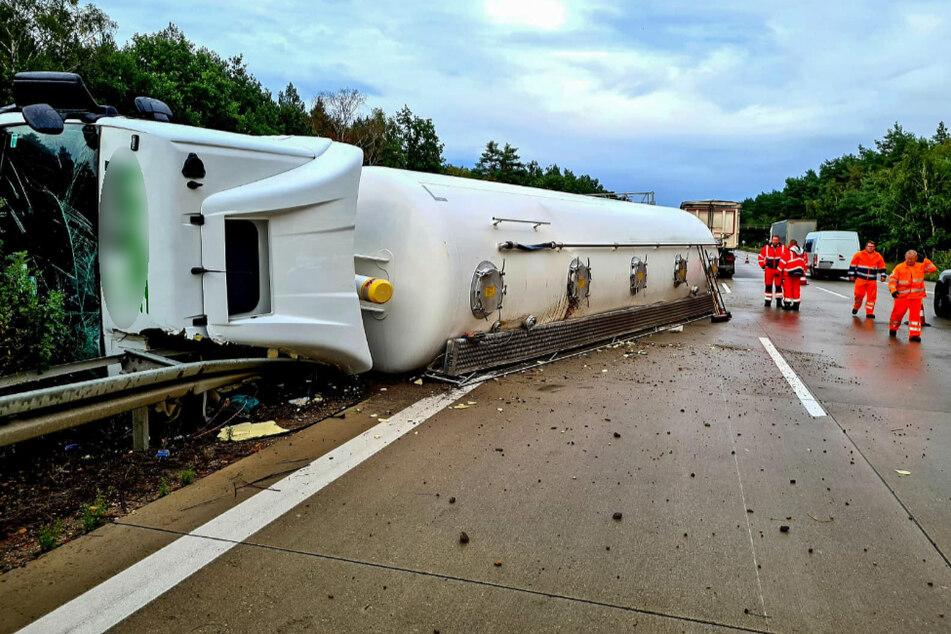 Tonnenschwerer Lastzug kracht durch Mittelleitplanke auf A2