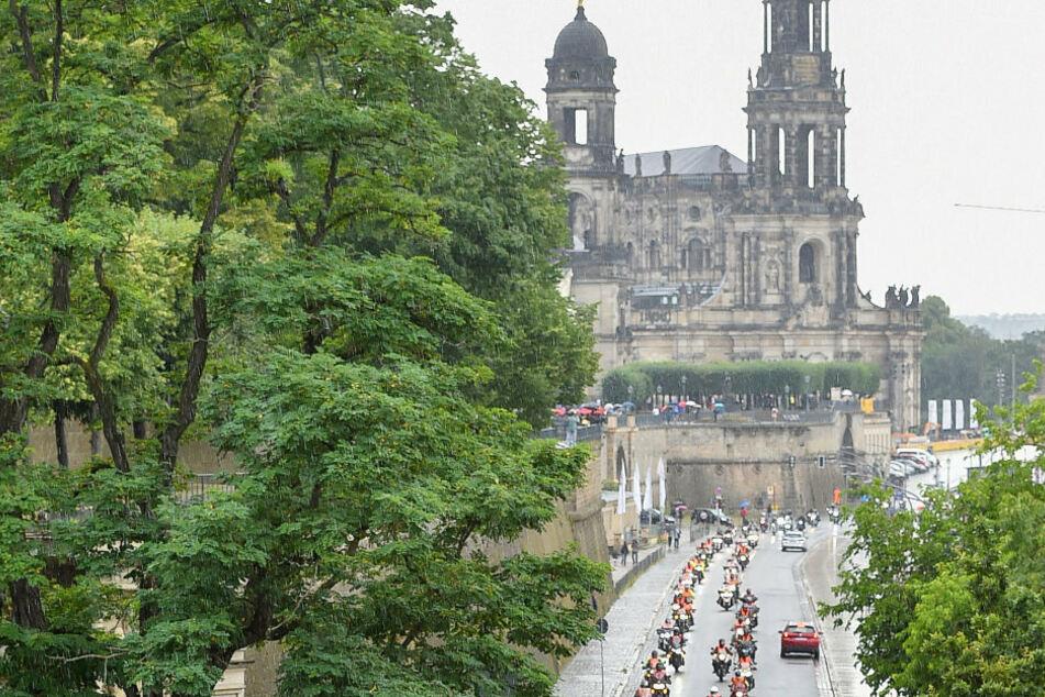 Die rollende Biker-Demo gegen drohendes Fahrverbot an Sonn- und Feiertagen fuhr auch am Terassenufer entlang.