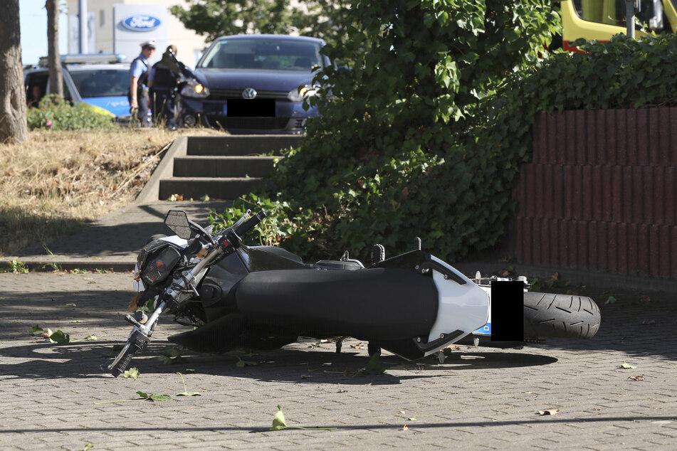 Der VW Golf wurde beschädigt, das Motorrad liegt am Boden.