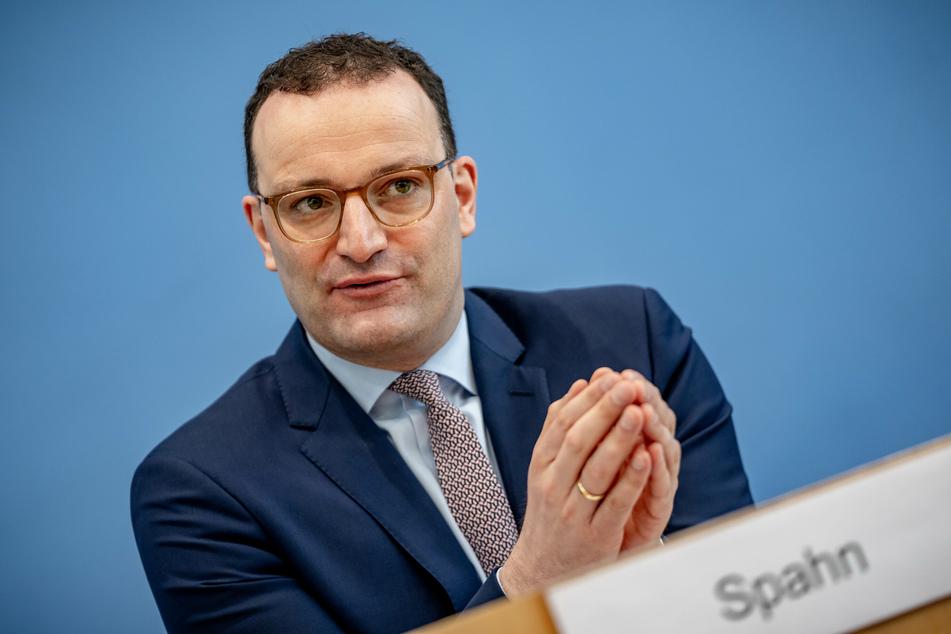 Jens Spahn (40, CDU), Bundesminister für Gesundheit, verspricht bald noch mehr tägliche Impfungen.