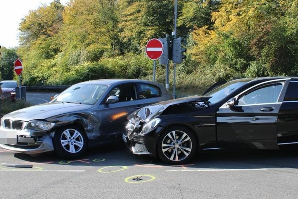 Die Mercedes C-Klasse prallte gegen die Fahrerseite des silbernen BMW. Beide Fahrer wurden leicht verletzt.