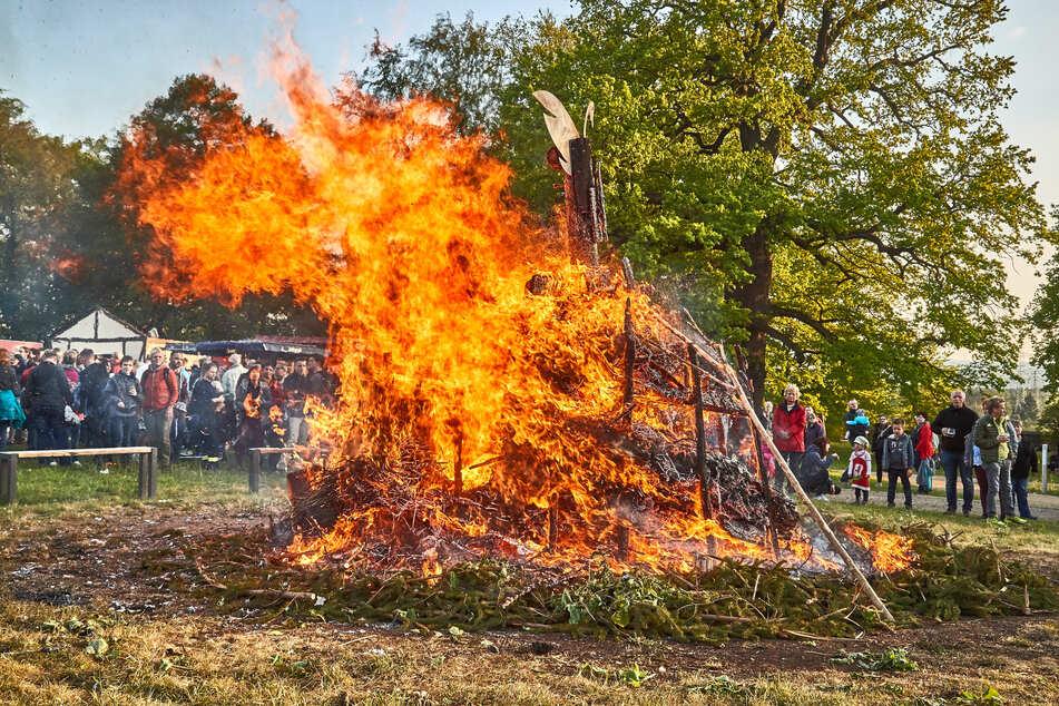 Hexenfeuer, wie dieses hier 2019 in Pirna-Graupa, sind in diesem Jahr sachsenweit verboten.
