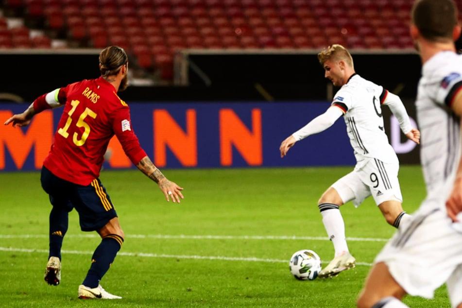 Timo Werner (M.) ließ sich auch von Spaniens Kapitän Sergio Ramos (l.) nicht aufhalten und traf mit seinem Schuss in die linke Ecke zum 1:0 für Deutschland.