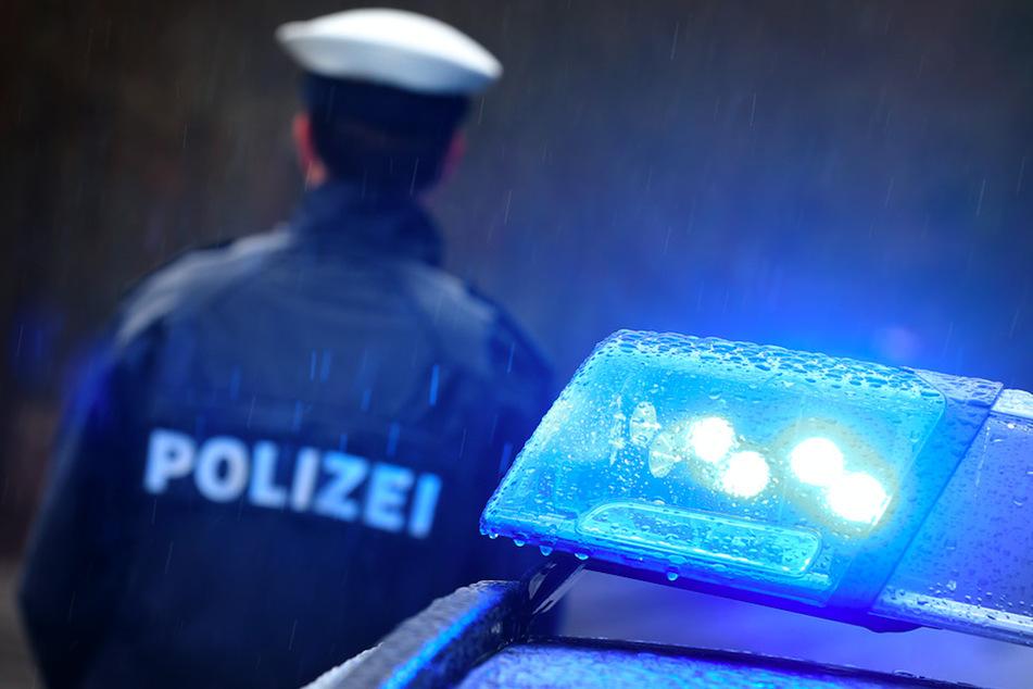 Die Polizei verfolgte die große Blutspur und traf auf die Vandalin. (Symbolbild)