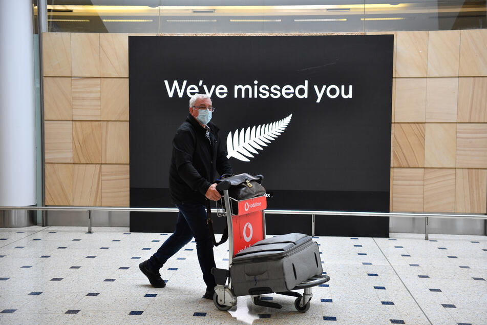 """Mit den Worten """"wir haben Euch vermisst"""" begrüßt Australien am Sydney International Airport erstmals seit März wieder Gäste, die quarantänefrei aus Neuseeland einreisen dürfen."""