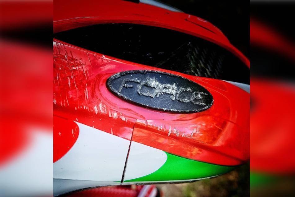 An seinem Helm ist nun ein tiefer Riss zu erkennen. Ohne ihn hätte der Unfall durchaus schlimmer enden können.