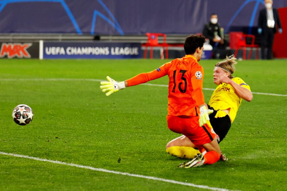 Der pure Wille: Erling Haaland (r.) kommt vor Sevilla-Keeper Bono an den Ball und grätscht ihn mit vollem Einsatz zum 2:1 für den BVB über die Linie.