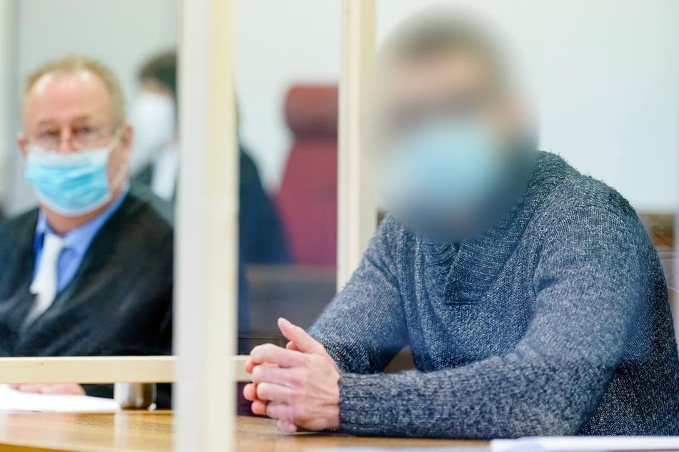 Mosbach, 25. Januar: Der Angeklagte Constantin B. (r) sitzt mit seinem Verteidiger Joachim Lederle im Verhandlungssaal des Landgerichts.