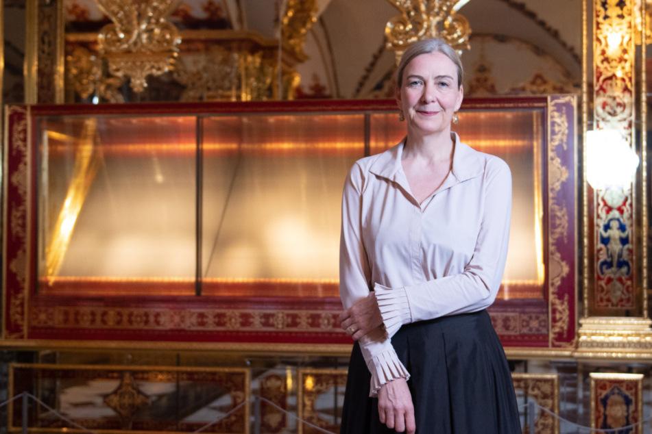 Museums-Chefin Marion Ackermann (55) vor der leeren Vitrine im Juwelenzimmer. Sie hofft auf die baldige Rückkehr der Schmuckstücke.