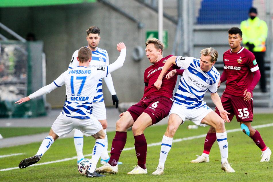 Laufen beide ihrer grandiosen Form der Vorsaison hinterher: MSV-Kapitän Moritz Stoppelkamp (33, 2.v.l.) und Sturmriese Vincent Vermeij (26, 2.v.r.).