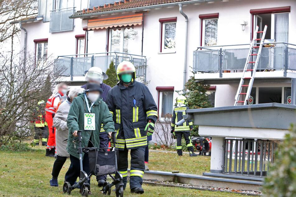 Evakuierung am Sonntagmorgen in Glauchau: In einem Gebäude für Betreutes Wohnen war ein Feuer ausgebrochen. Zwölf Bewohner mussten das Haus verlassen.