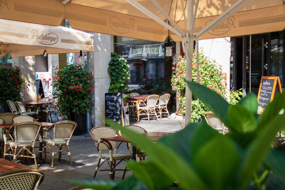 Die bepflanzte Terrasse lässt einen vergessen, dass man mitten in der Stadt sitzt.
