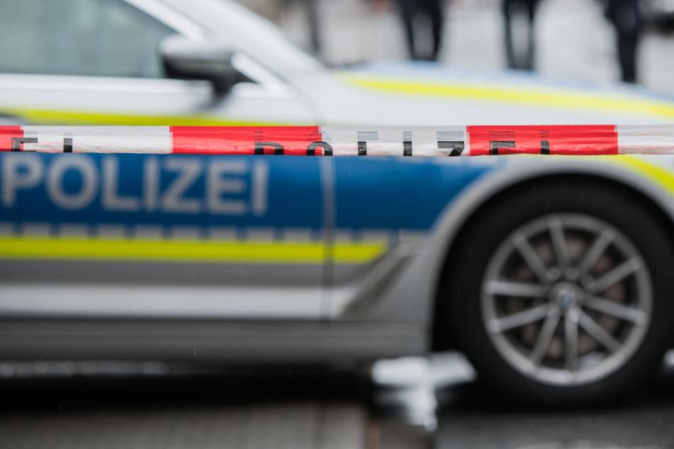 Ehefrau findet Mann tot im Treppenhaus: Polizei sucht Radfahrer