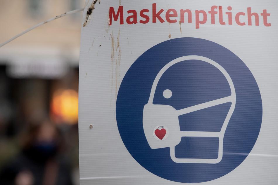 """Auf einem Schild steht """"Maskenpflicht"""". Betrüger haben in Bischofswerda auf einem Supermarkt-Parkplatz seltsame Masken-Kontrollen durchgeführt. (Symbolbild)"""