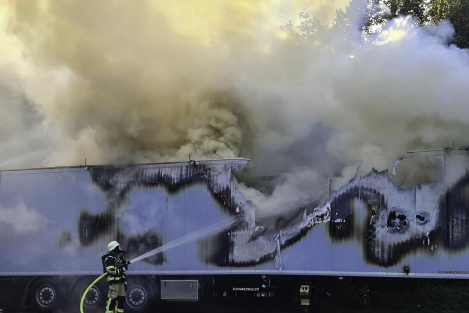 Die Feuerwehr kämpft gegen das Feuer an.