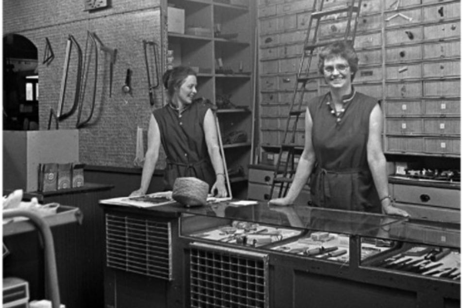 Die Reinhold-Töchter Christine (heute 86, r.) und Erika (83) führten das Geschäft zu DDR-Zeiten.