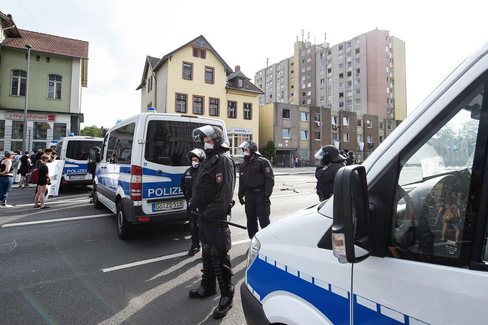 Polizisten stehen vor einem unter Quarantäne gestellten Wohngebäude in der Göttinger Innenstadt.