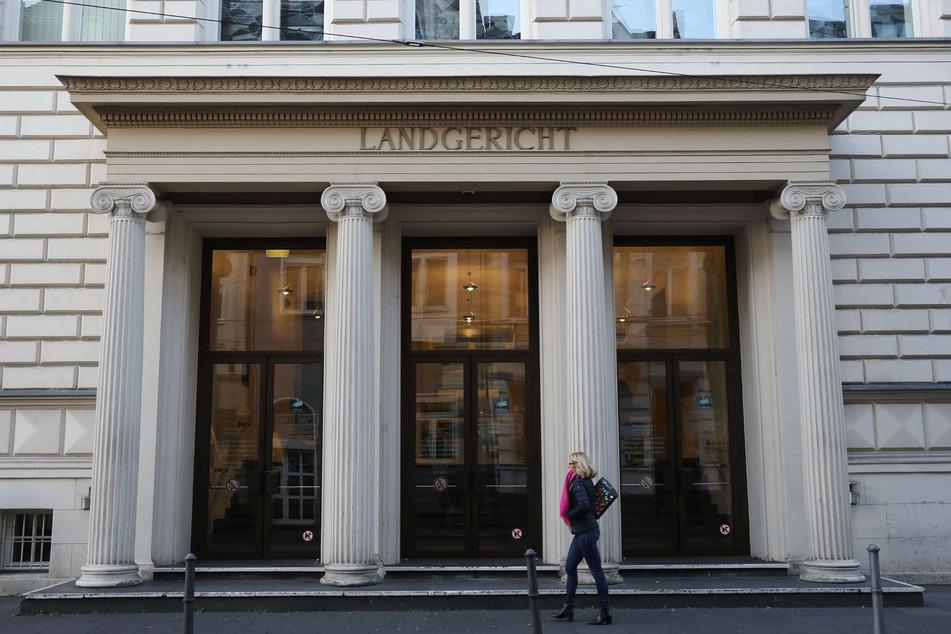 Der Eingang des Bonner Landgerichts. Im Streit zwischen dem Bund und mehreren Firmen um die Bezahlung von Schutzmasken hat das Landgericht Bonn die Klage eines Lieferanten abgewiesen. (Archivbild)