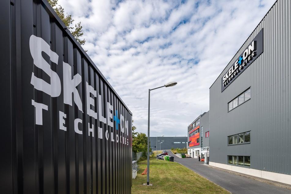 Die Hallen von Skeleton Technologies in Großröhrsdorf sind quasi brandneu. Doch das estnisch-schwedische Unternehmen investiert schon wieder. 2025 soll die Produktion starten.
