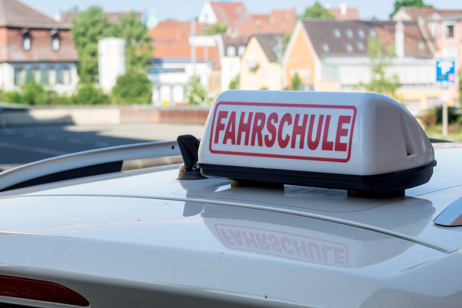 Fahrschüler rast über Bundesstraße, dann steuert er absichtlich in eine Leitplanke