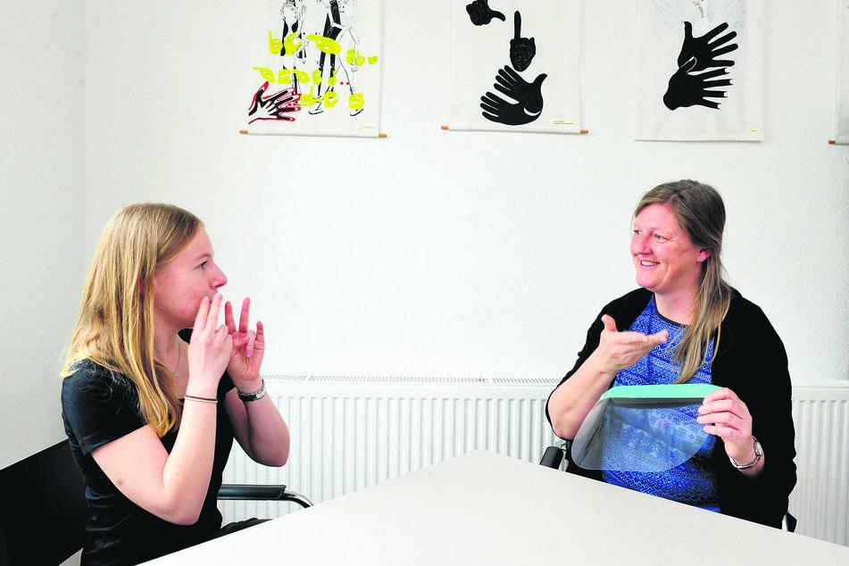 Mimik ist wichtig für Gehörlose - zeigen die Gebärdendolmetscherin Anita Junghanns (26) und Maren Kirschke (43).