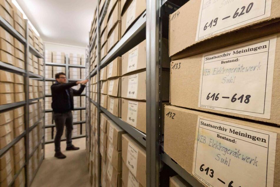 Ein Mitarbeiter wuselt in einem Stasi-Archiv. (Symbolbild)
