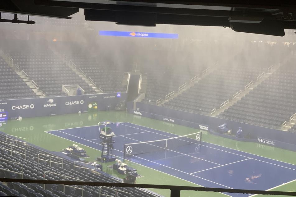In das Louis-Armstrong-Stadion in New York regnete es trotz Überdachung seitlich hinein.
