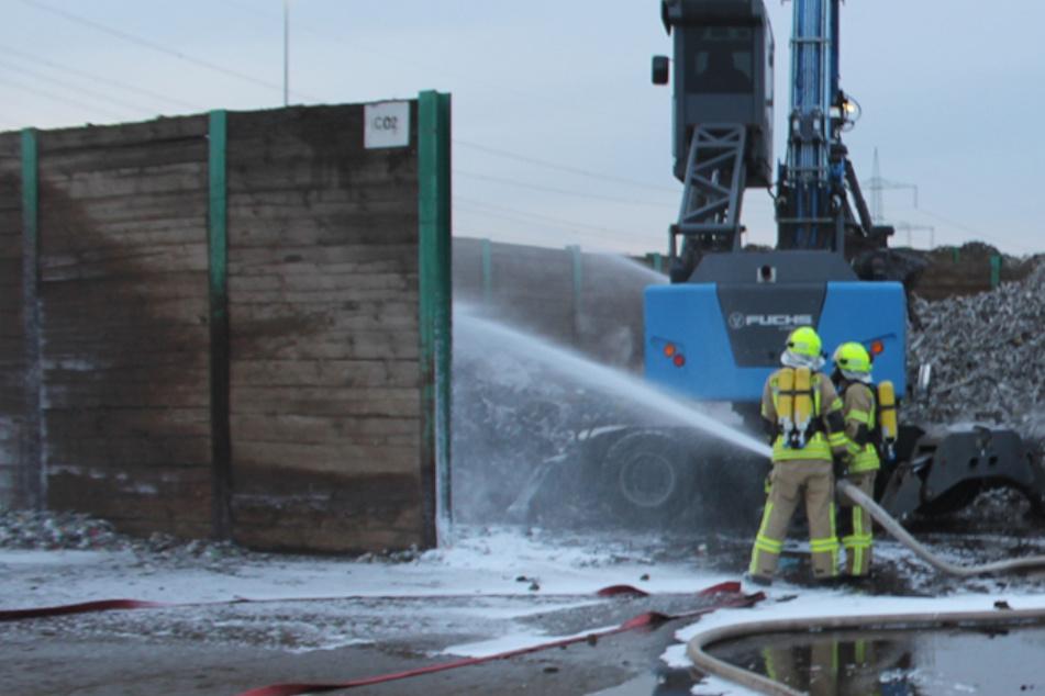 Leipzig: Brand auf Recycling-Gelände bei Leipzig: 100 Tonnen Schreddermaterial in Flammen