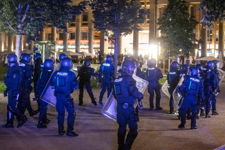 Bei Auseinandersetzungen mit der Polizei haben dutzende gewalttätige Kleingruppen die Innenstadt verwüstet und mehrere Beamte verletzt.