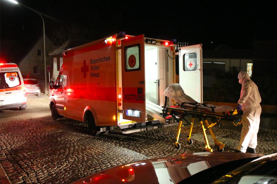 Ein Rettungswagen steht vor dem Pflegeheim Löwenzahn in Arzberg.