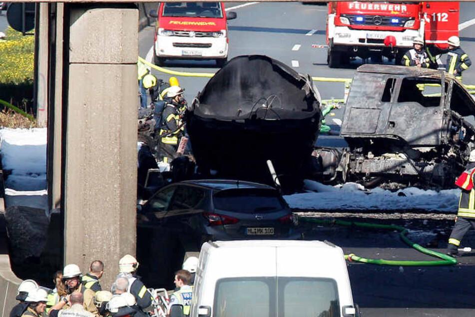 A40: Tanklaster mit 35.000 Litern Kraftstoff unter Brücke ausgebrannt