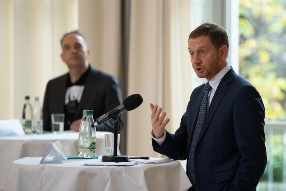 Michael Kretschmer (45, CDU, r.), Ministerpräsident von Sachsen, spricht neben Autor Steffen Kailitz während der Buchvorstellung im Festsaal der TU Dresden.