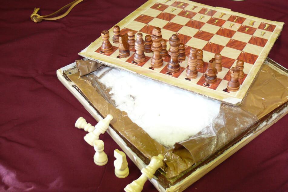 Insgesamt 3,3 Kilogramm Ephedrin fanden die Zollbediensteten in den sechs Schachbrettern aus Indien.