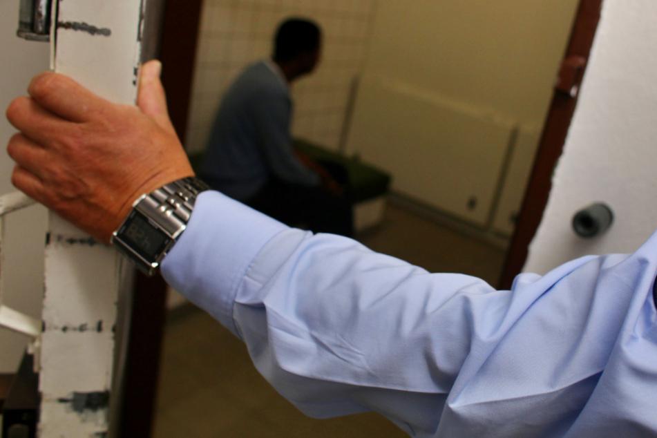 Mann (30) feiert Einzug in neue Wohnung: Nacht endet für ihn in Zelle der Polizei