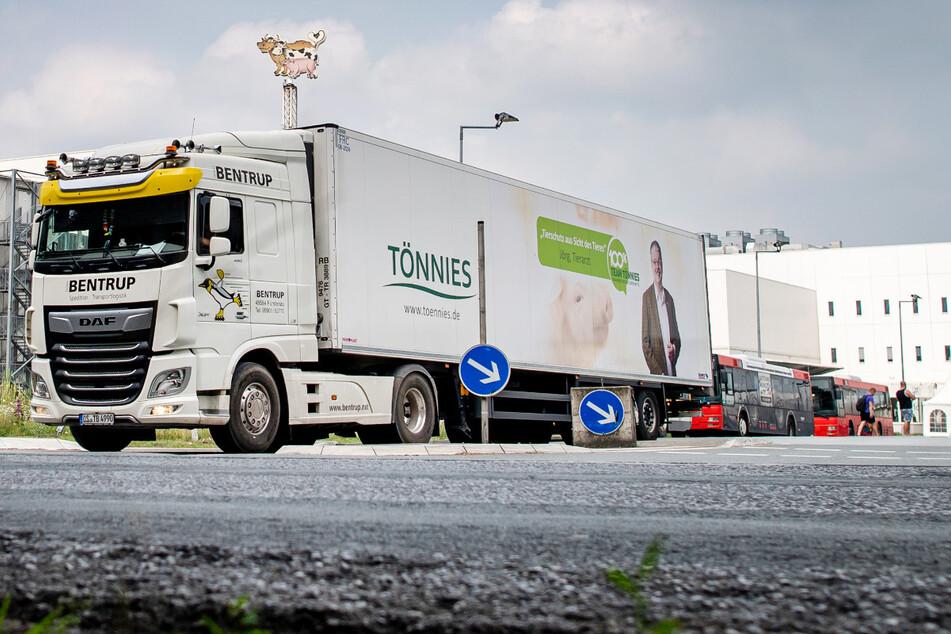 Ein Lastwagen verlässt das Werksgelände von Tönnies in Rheda-Wiedenbrück. Wegen des Corona-Ausbruchs ist der Schlachtbetrieb gestoppt.
