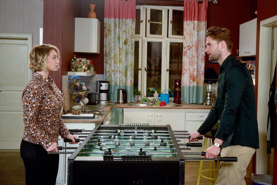 Rote Rosen: Sara und Simon amüsieren sich darüber, dass alle sie für das nächste Paar halten.