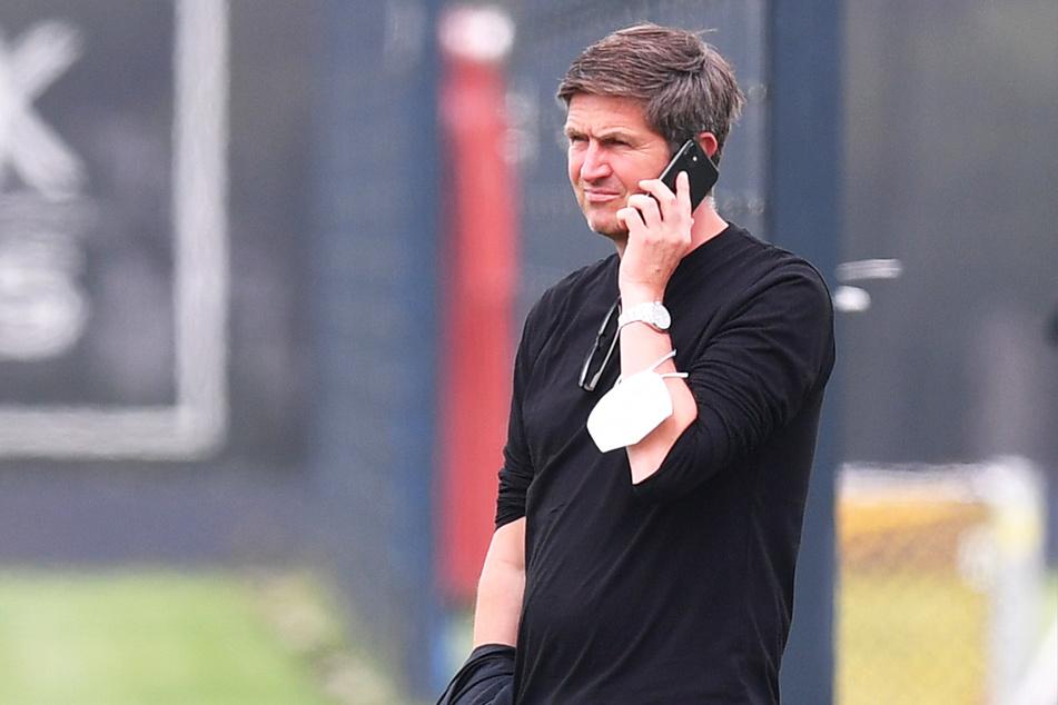 Der Mann mit dem Telefon: Dynamos Sportgeschäftsführer ist immer auf dem neusten Stand. Ihm entgeht nix auf dem Transfermarkt.