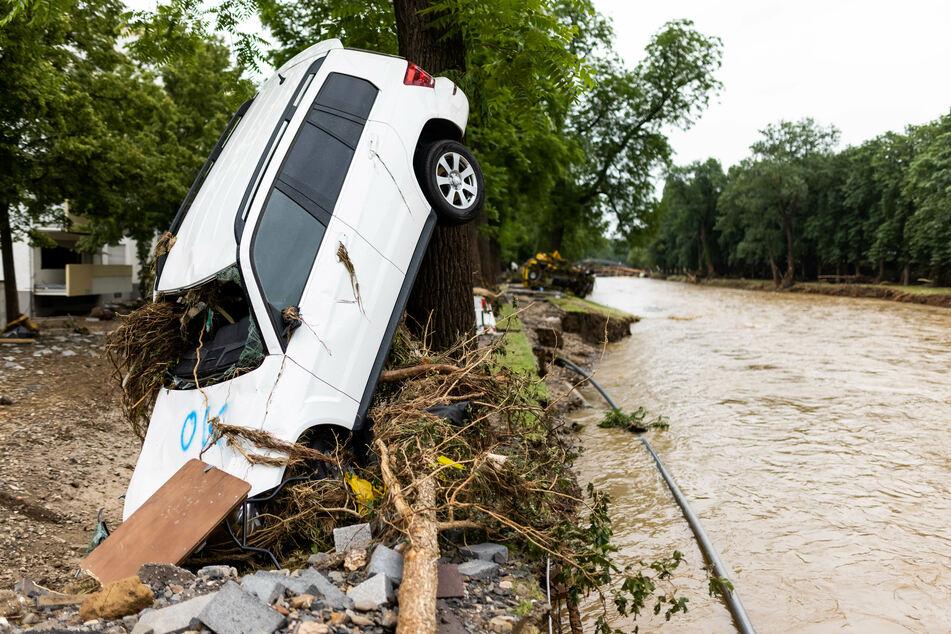 Die Wassermassen und räumten jegliche Hindernisse aus dem Weg und sorgten für ein Bild der Zerstörung.