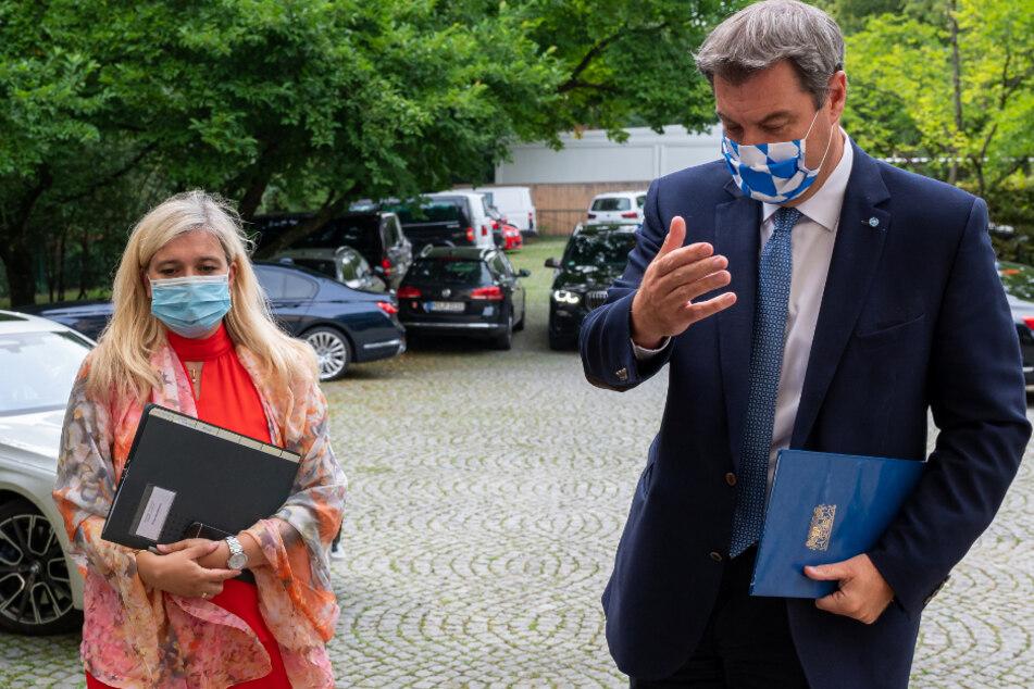 Melanie Huml (CSU), Staatsministerin für Gesundheit und Pflege, und Markus Söder (CSU), Ministerpräsident von Bayern, gehen zu der gemeinsamen Pressekonferenz zu der Corona-Panne in den Testzentren.